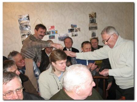 Президент Клуба вручает удост. члена ЛРУ Олегу UR5ZQG