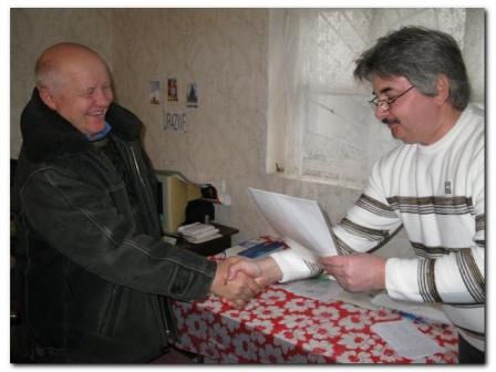 вручение грамоты за 2-е место в Чемп. области 2009г. Геннадию UR5ZBQ