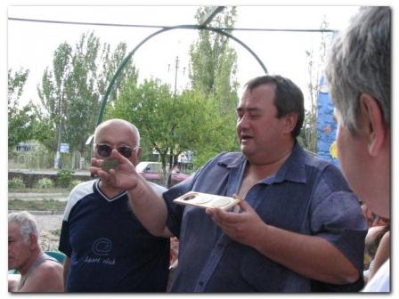 Сергей UR5FEO вручает гербы Николаева